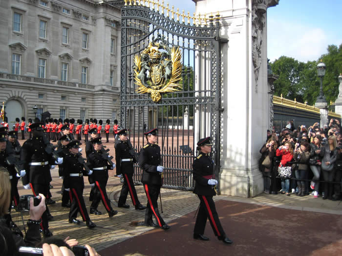 soldier-marching-buckingham-palace