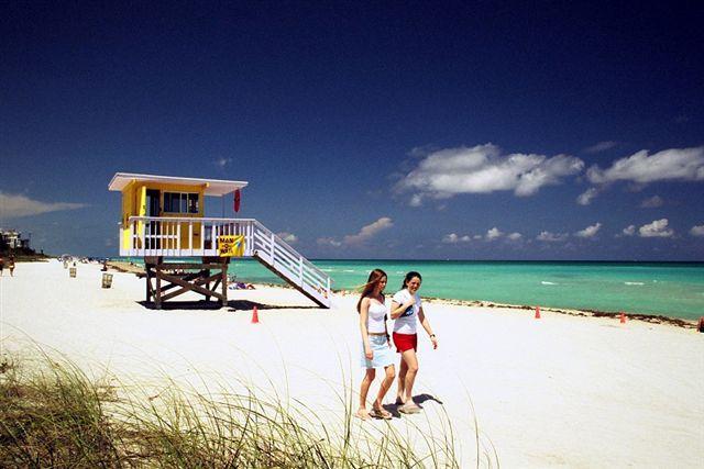 two-girls-walking-on-beach